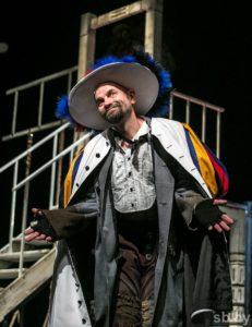 Галоўную ролю Зганарэля выконвае лаўрэат II Нацыянальнай тэатральнай прэміі Аляксандр Палазкоў.